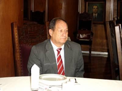 """Delegado Seccional de Polícia de São Bernardo dos Campos, Waldomiro Bueno Filho, iniciou sua carreira em 1967 como Investigador de Polícia e, em 1983, foi aprovado no concurso para Delegado de Polícia. Trabalhou no 3º DP - Campos Elíseos, no Setor de Investigações Gerais (Sig) na zona leste, no Departamento de Homicídios e Proteção à Pessoa (DHPP), no Departamento de Investigações sobre o Crime Organizado (Deic), na Divisão de Comunicações da Polícia Civil (Dicom), no Departamento de Trânsito, no Departamento de Administração e Planejamento (Dap) e foi diretor do Deinter 5 - São José do Rio Preto e Deinter 1 - São José dos Campos e DEINTER 6. """"Cada lugar possui suas peculiaridades e eu procuro estudar e entender o tipo de crime que precisa ser combatido. Por exemplo, em Santos tem roubo a embarcações, na região de São José dos Campos há uma preocupação com os turistas que sobem a serra e vão para o litoral"""", disse. Waldomiro Bueno é formado em direito e administração, estudou história, fez um curso de Inteligência e Alto Estudo de Política e Estratégia na Escola Superior de Guerra. """"Entrei na polícia com 18 anos e sempre procurei fazer cursos de aperfeiçoamento para prestar um serviço de excelência. Em janeiro de 2007 a 2.013, Waldomiro Bueno foi Diretor do Deinter 6 e uma de suas principais metas foi o avanço tecnológico para integrar o serviço de inteligência e a investigação. """"A inteligência tornou mais curto os caminhos da investigação policial"""", afirmou.  Outro projeto importante é a melhoria do atendimento ao público. """"Os policiais com quem eu trabalho são altamente profissionais e estamos alcançando esse objetivo"""", finalizou Waldomiro Bueno."""