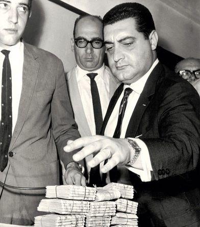 Policiais Civis apresentando o dinheiro recuperado do roubo de 500 milhões de cruzeiros do Banco Moreira Salles, em janeiro de 1.965. O primeiro grande roubo a banco do Estado de São Paulo, perpetrado por indivíduos de nacionalidade grega.