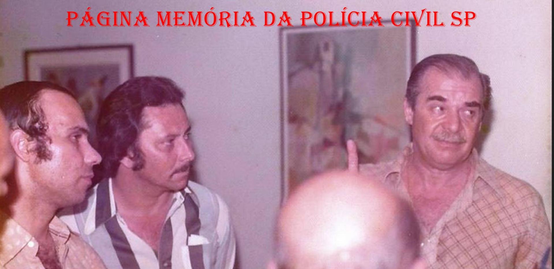 """Confraternização na casa do Delegado Nerval Ferreira Braga """"in memorian"""". À partir da esquerda Investigadores Jonas Filho, Haroldo, Pacú (de costas) e Delegado Nerval, em novembro de 1.976."""