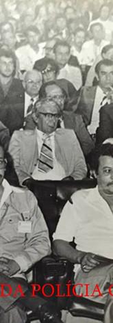 """Iº Congresso Estadual de Investigadores de Polícia do Estado de São Paulo, de 26 a 30 de novembro de 1.979, no Audutório SENAC, na Rua Dr. Vila Nova- Vila Buarque SP/SP.  Na fila da frente, a partir da esquerda, Investigadores o saudoso Ernesto Nogueira, Cypriano dos Santos, Waldemar Artone """"Capeta"""" e (?).  Na segunda fila a partir da esquerda vemos os representantes da AFPCESP, os lendários Clovis Ferraz de Macedo sempre com o paletó nos ombros, Chefe Rubens Alfaro Souto, José Pedro Marcondes de Godoy (paletó e gravata) e Paulo (bigode) da DISCCPAT (Kilo) DEIC."""