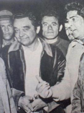 """Delegado de Polícia Getúlio Paello Prado (de jaqueta preta ao centro), iniciou sua carreira policial como Investigador na década de 60, após 15 anos passou para Delegado de Polícia. Foi um dos grande policiais da Delegacia de Roubos do DEIC. Esta foto foi tirada logo após a morte do marginal """"Guri"""", suspeito de assassinar o Investigador Agostinho Gonçalves de Carvalho em julho de 1.970. (enviado pelo Investigador de Polícia do 78 DP, Nelson Netto Assumpção Olinto)."""