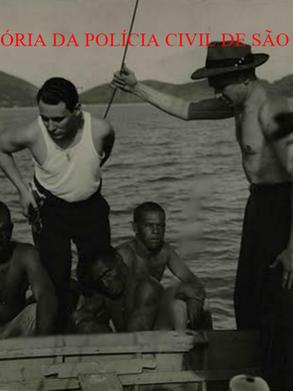 """Nesta embarcação frágil, 3 presos que participaram da grande rebelião do Presídio da Ilha Anchieta, em 1.952, foram recapturados pelos enviados do Jornal """"Última Hora"""" para cobrirem o fato, destacando-se a corágem do Reporter Policial Nelson Gatto, ao centro. Acervo do Advogado Dermeval Gomes Campos."""