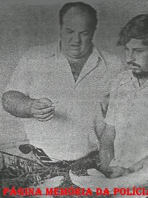 """Integrantes da famosa equipe """"Esquadrão da Fumaça"""" da Seccional de Campinas durante a prisão do traficante Basílio, em 06/01/1975. À esquerda, o saudoso Investigador Airton """"Boi"""" e à direita Antônio Lázaro Constâncio """"Lazinho""""."""