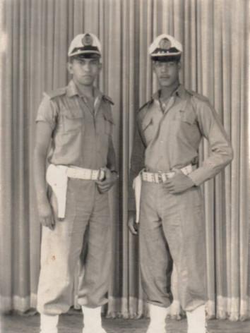 Integrantes da extinta Policia Marítima, Vicente e Santão (hoje Investigador do Guarujá), com seus uniformes, em 1960.
