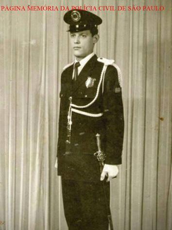 Um dos saudosos Classe Especial com traje de gala, da Extinta Guarda Civil de Sao Paulo, na década de 60. À GC cabia o radiopatrulamento e o policiamento de estádios, teatros, cinemas, trânsito, e o a pé. Seus guardas trabalhavam também junto aos delgados de polícia, acompanhando-os à diligências e investigações, ao lado dos policiais civis.Existia, ainda, uma Divisão de Interpretes, que atuava em portos e aeroportos. Os guardas civis tinham careira única. Isto é, para atingir o posto máximo da corporação o guarda tinha que começar como estagiário após curso de um ano feito na Escola de Polícia (hoje Academia de Polícia Civil, na USP). A carreira era constituída dos seguintes postos e graduações: Inspetor-Chefe-Superintendente-Geral (equivalente a coronel) Inspetor-Chefe-Superintendente (tenente-coronel) Inspetor-Chefe de Agrupamento (Major) Inspetor-chefe de Divisão (capitão) Inspetor (1º tenente) Subinspetor (2º tenente) ...não havia graduação equivalente a subtenente Classe Distinta (1º Sargento) Classe Especial (2º Sargento) Primeira Classe (3º Sargento) Segunda Classe (Cabo) Terceira Classe (Soldado)