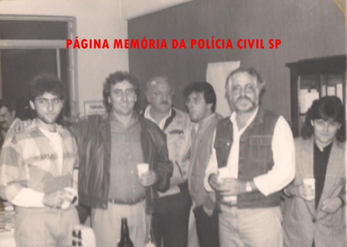 """Comemoração de aniversário de 33 anos do Investigador de Polícia Paulo Roberto de Queiroz Motta (hoje Delegado de Polícia), nas dependências da Delegacia de Crimes Contra a Fé Pública da DIG- DEIC, em 24 de outubro de 1.988. À partir da esquerda: Delegado Jair de Oliveira Castro Vicente """"im memoriam"""" (ao fundo à esquerda), Escrivão Nelson de Queiroz Motta (atual Delegado Titular do 4º DP de Guarulhos), Investigadores Jurandir Rondina, Sérgio Vulcano, Carlos Rizzi e Maria do Carmo."""