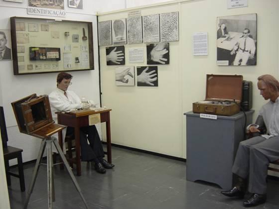 Análise de individuais datiloscópicas e máquina do Polígrafo (detector de mentiras) no Museu da Polícia Civil.