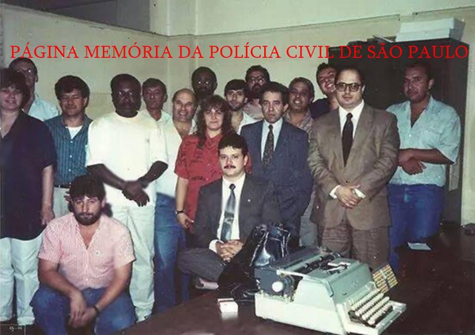 """Equipe """"D"""" do DHPP- Departamento Estadual de Homicídios e de Proteção à Pessoa, início da década de 90.  Delegados Itagiba Franco e Nestor Sampaio Penteado; o saudoso Investigadores Oliveira(Chefe), Marco Gerck, Baccaro, Jorge Bicudo, Araujo, Santão, Marcelo Izzo Coria, Edélcio; Escrivães, o saudoso Benjamim Napolitano Neto (Chefe), Fátima, Jonas, Marilda (atualmente Delegada em MG), Nilton Platano: AGENTES: Paulé """"in memoriam"""" e Moura.  Acervo do do Investigador Edélcio Felipe Rodrigues e da Escrivã Janete Arruda."""
