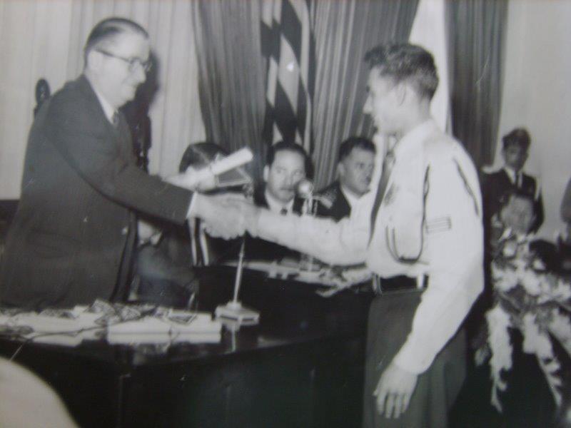 CERIMÔNIA DE ENTREGA DE DIPLOMA DE PATRULHEIRO DA GUARDA CIVIL EDISON MORAES, EM 1.961. (enviado pelo filho do Sr. Edison, o Funcionário da Secretaria de Transportes Metropolitanos Robson de Moraes).