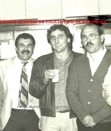 Dependências da DIG- DEIC, em meados dos anos 80. À partir da esquerda, Delegado Jair de Castro Oliveira Vicente; Investigadores Paulo Roberto de Queiroz Motta (hoje Delegado no DEINTER 6) e Cypriano Rosendo dos Santos.