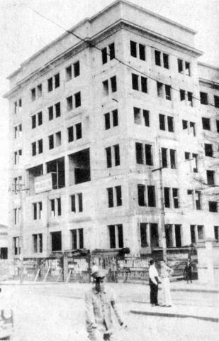 Em 1939 é que foi cogitada a construção de um Palácio da Polícia em Santos (deveria ser um prédio de 4 andares). Naquele mesmo ano, também foi escolhido o local para a construção do mesmo, na Rua de São Francisco, entre as ruas Martim Afonso e Itororó. Nesta foto temos a imagem do prédio inacabado do Palácio da Polícia em princípios de 1956, ano de sua instalação.