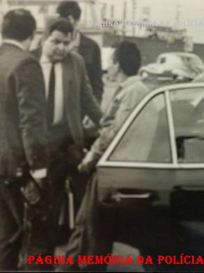 """Em 02 de dezembro de 1.969, o famigerado traficante Antônio Bernardes da Silva, vulgo """"Zezinho da Vila Maria"""" foi preso na Marginal Tieté por policiais da RONE. De costas de metralhadora o Investigador Hélio Teixeira. De gravata o Repórter Policia Dirceu Alves dos Diários Associados e atrás o Repórter Policia Afanasio Jazadji."""