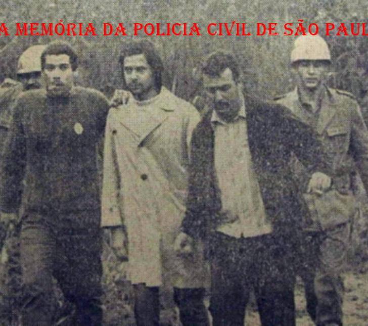 """Estudante José Dirceu preso durante congresso da UNE em Ibiúna, em 1968. Ao seu lado de malha escura, o Investigador Erwin de Barros """"Brucutú"""", """"in memoriam"""". Crédito da foto Alfredo Rizzutti/ Estadão."""