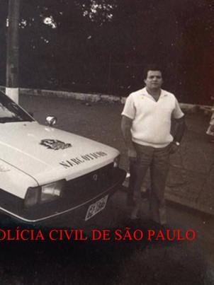 Viatura VW- Santana da antiga Divisão de Entorpecentes do DEIC, tendo ao lado o Chefe dos Investigadores Walldemar Pisca, em 1.986.