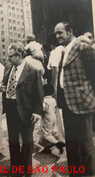 Inauguração do Posto Central do Instituto de Criminalística, na praça Alfredo Issa, no ano de 1975.  Delegado Fernão Oliveira Santos, de terno xadrez ao fundo. O segundo, da direita para a esquerda, o Dr. Francisco Guimarães do Nascimento, de charuto em mão, conversando com o Delegado Tácito Pinheiro Machado. (Acervo de André Santos).