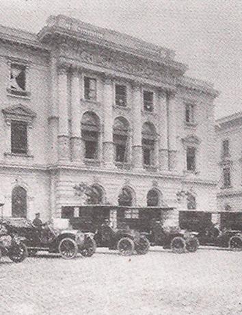 Viaturas da Assistência no Pátio da Polícia Central, em 1.912, mesma época da adoção da condução motorizada pela Polícia Estadual de São Paulo.