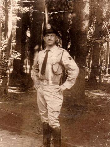 Milton Fiorini, da extinta Guarda Civil do Estado de São Paulo, falecido em 15 de fevereiro de 2.013.  Foto foi tirada no ano de 1956 na Parque da Luz, em São Paulo. (Do acervo da filha, a Escrivã de Policia Marilia Fiorini, em exercício no 04º DP de Guarulhos).