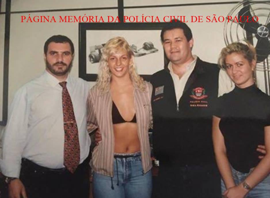 Delegados Romeu Tuma Junior e Arariboia Fusita Tavares, com a dançarina Carla Peres, em meados da década de 90.