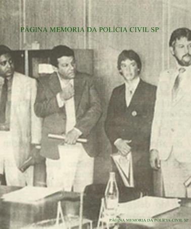 Equipe da 2ª Delegacia da DICCPAT- DEIC, recebendo o Diploma de policiais do mês: Investigadores Santão (hoje Delegado), Wanderlei Bailone (chefe), Escrivão Wanderlei Antônio (atualmente Delegado) e Investigador Jair Stribulov.
