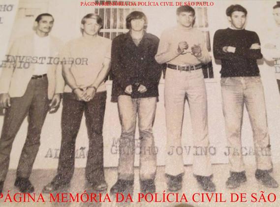 Quadrilha de ladrões arrombadores de residência, presos por policiais da antiga Delegacia Sede do Município de Bragança Paulista, em junho de 1.971. Ao centro os marginais, à esquerda Investigador Valério e na ponta direita, o Delegado Djahy Tucci Jr, na época investigador.