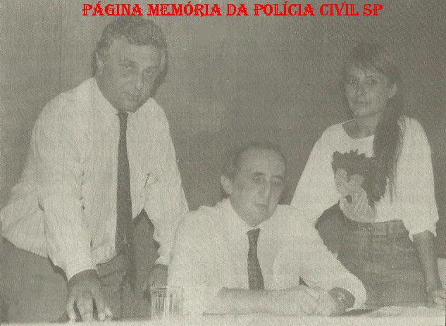 Delegacia de Crimes Contra a Fé Pública- DIG do DEIC, na década de 80. Sentado o Delegado de Polícia Maurício Rozenkrantz. Investigadores Waldir Tabashi e Maria Beatriz Teixeira Leite.