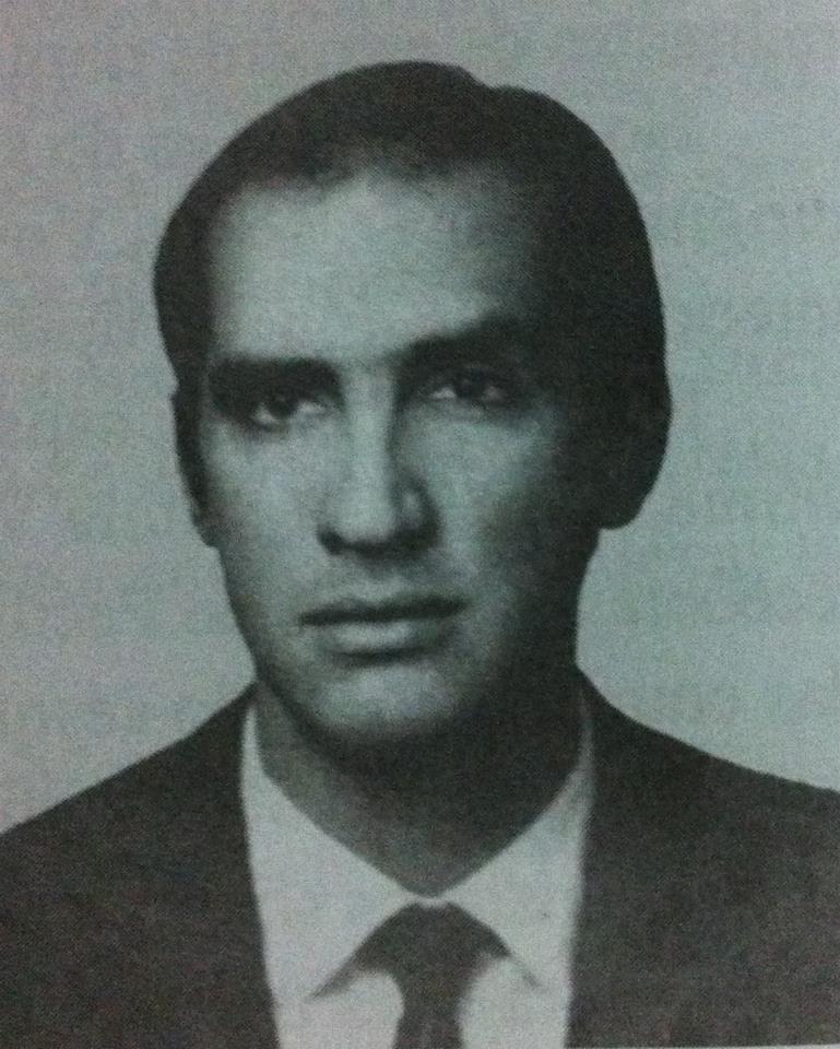 """Delegado de Polícia Octávio Gonçalves Moreira Júnior (*1938 - + 1973) Na década de 70, durante mais de 15 anos, todo sagoão principal de qualquer delegacia de polícia do Estado de São Paulo, tinha sua fotografia singelamente emoldurada, sob a qual uma placa de bronze o homenageava. As 11horas de um domingo, 25 de fevereiro de 1973, falava com sua noiva em um telefone público, na Avenida Atlântica, esquina com a rua Perú, praia de Copacabana- RJ, quando foi assassinado por indivíduos de um GTA (Grupo Armado Tático) completo, que desembarcaram de um veículo GM- Opala de cor escura, fuzilando-o impiedosamente com vários disparos de arma de fogo. Em sua carteira foi encontrado um cartão com os seguintes dizeres: """"Sou muito católico. Em caso de acidente, chame imediatamente um padre, mesmo que eu esteja morto"""". Deu nome à Delegacia de Barra Bonita."""