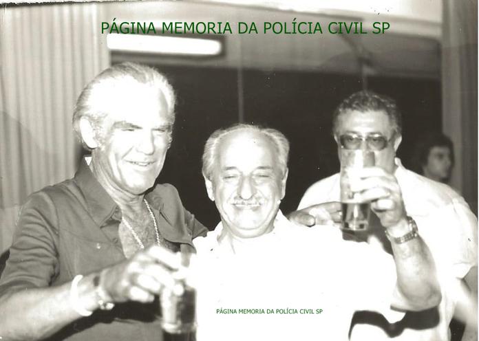 """Investigadores de Polícia da 4ª Delegacia de Roubos de Carga- DIG- DEIC, Daniel """"Zebú"""" e Mário Frangella, em 1.977."""