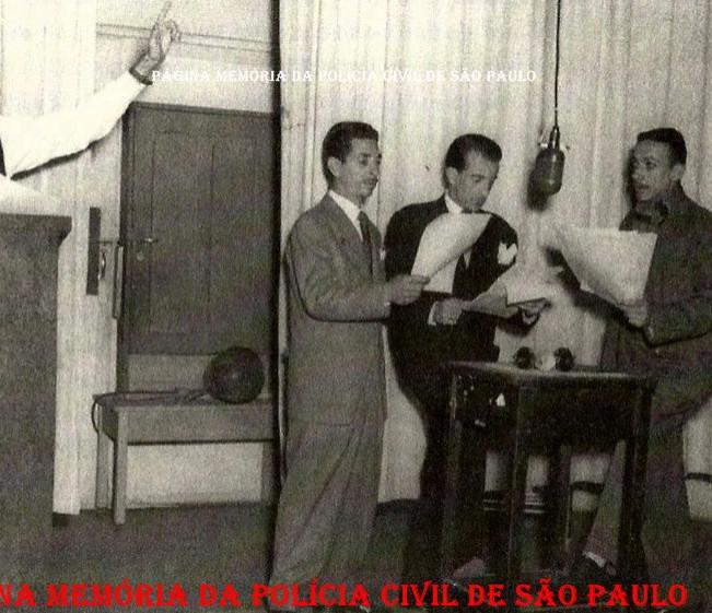 """Programa """"O Crime Não Compensa"""" na Rádio Record, em 1.949. Reproduzia a dramatização de casos reais da crônica policial brasileira, tornou-se a maior coqueluche do dial paulistano.  A audição era apresentada pelo Delegado de Polícia Artur Leite de Barros Júnior (Ex- Secretário de Segurança Pública de São Paulo), que também foi responsável pela prisão de Gino Meneghetti, e contava com textos do prolífico produtor Osvaldo Moles. O sucesso fez a direção da PRB-9 convocar para as transmissões todos os radioatores dos núcleos de teatro e humorismo da emissora – desde veteranos como Manuel Durães até promessas como a jovem Nair Belo. Mas o destaque do policial, sem dúvida, fica por conta do eclético Adoniran Barbosa, que sempre fazia o papel de criminoso."""