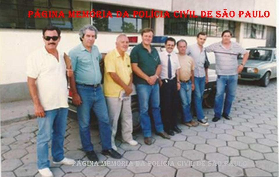 """Equipe do DHPP, na década de 90. À partir da esquerda, Investigadores Osmar, (?), (?), Romão; Delegado Titular da Equipe """"B"""", Ariovaldo Felix de Melo; Investigadores (?), Daniel Laiter e Agente Policial Galhardo. (acervo do Investigador Zaqueu Sofia Junior )."""