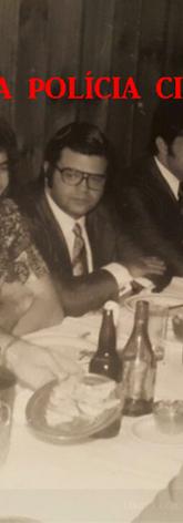 Confraternização de final de ano na lendária Cantina 1060, na Avenida Rangel Pestana, no Brás, com a presença dos policiais da RONE- Ronda Noturna Especial e dos repórteres da Sala de Imprensa, no início da década de 70. Repórter Afanásio Jazadji (sorrindo) e a seguir os Delegados Justino Mattos dos Ramos Jr. (óculos), Zildo Heleodoro dos Santos e Ayrton Rodrigues Bicas (Supervisor), ladeados por policiais operacionais.