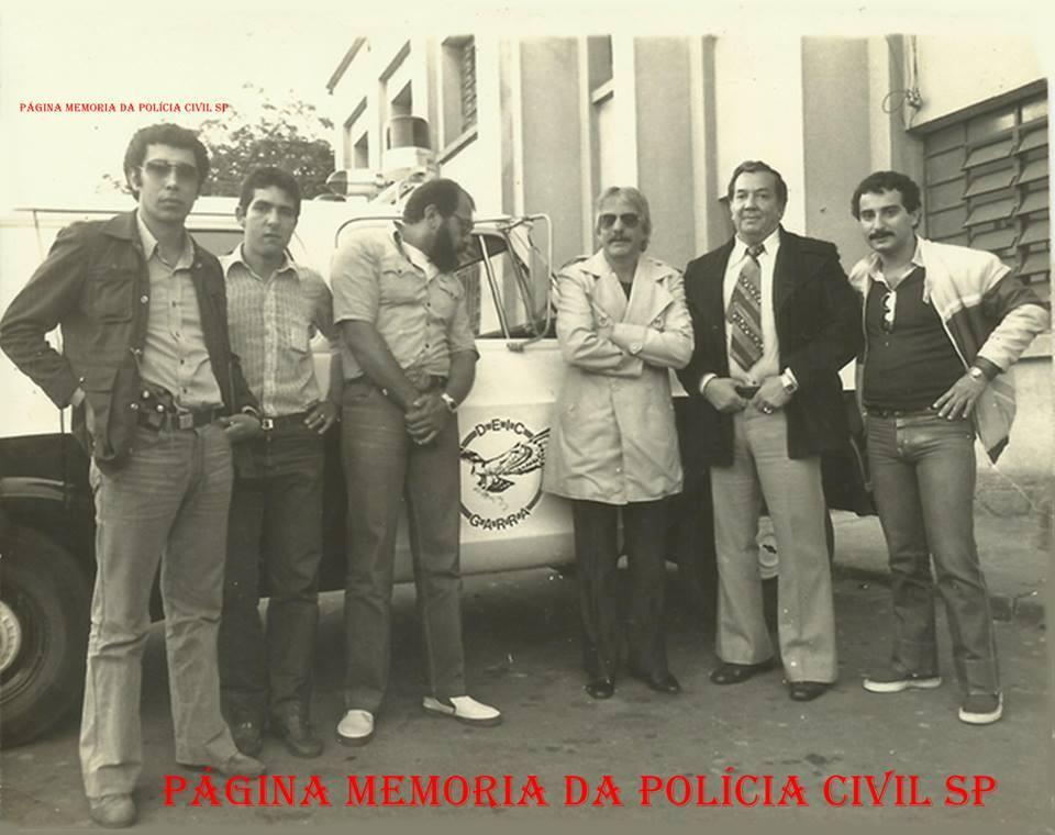 """À partir da esquerda, Investigadores Cunha """"Bozó"""", Renatinho e Dorival Candel, ator Hugo Carvana, Diretor da Casa de Detenção Luiz Camargo Wolfman e Investigador Tito Barbour, na década de 70. (acervo de Paulo Toralles)."""