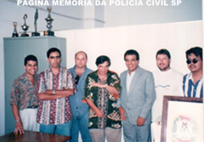 Ao centro, o Reporter Policial Gil Gomes, com a Equipe F Sul da Divisão de Homicídios do DEIC, década de 80: A partir da esquerda, o Escrivão Antonino Vasconcellos, hoje advogado; Agente Policial Dário; Iinvestigadores Hélder, Osvaldo Jose Dos Santos; Escrivão Fausto Bernardini e Investigador Alexandre.