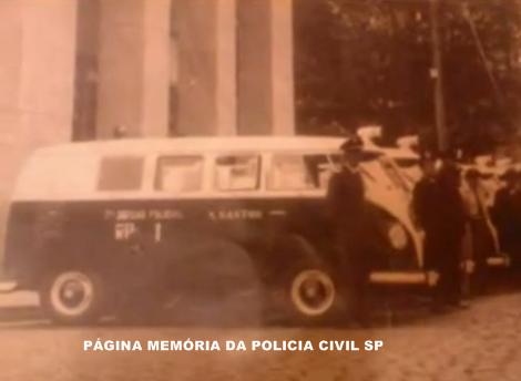 Viatura VW Kombi, da 7ª Delegacia Auxiliar de Santos, com integrantes da extinta Guarda Civil do Estado de São Paulo, defronte ao Palácio da Polícia (hoje instalado o DEINTER 6), anos 60.
