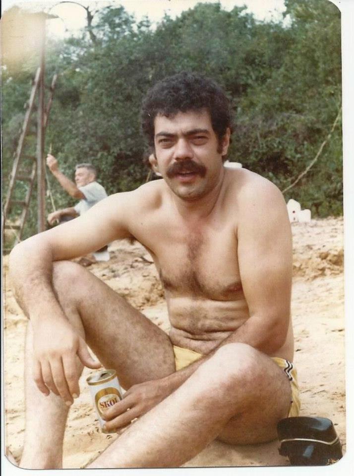 """Investigador de Polícia Alfredo Lambiase """"Farofa"""", da 1ª Delegacia de Roubos e Extorsões do DEIC, em pescaria no Mato Grosso, em 1.982. (enviada pelo folho Eduardo Lambiase)."""