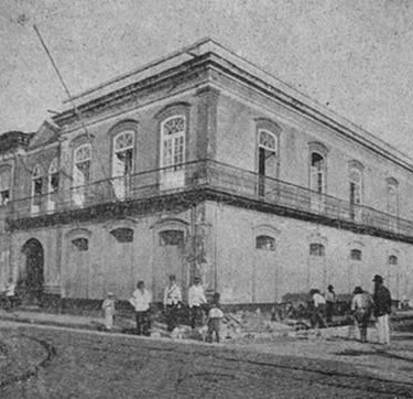 Em 1900, as Delegacias da Polícia Civil de Santos estavam agrupadas num prédio da Rua do Rosário, onde depois seria instalada uma parte do Coliseu Santista.
