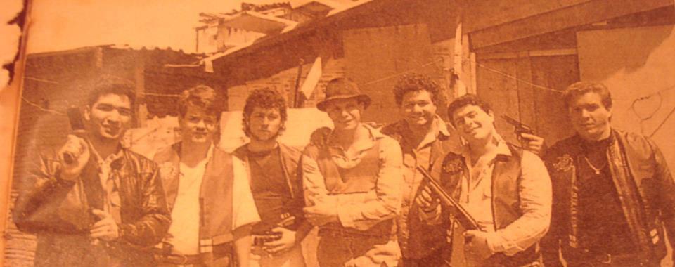 Foto tirada em outubro de 1990, quando da gravação de um capítulo da novela Brasileiros e Brasileiras exibida pelo SBT. A ordem é a seguinte: Investigadores Takassono, Robson e Abilio, ao centro o ator Edson Celuleri e ainda os investigadores Trindade, Georges e Iraí. (enviada pelo Investigador de Polícia Robson do 16 DP).