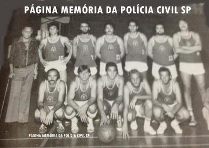 Equipe de Basquete do DOPS, na década de 70. Á esquerda de bengala, Delegado Fleury. Agachado à partir da esquerda, o 4º Investigador Ratti.