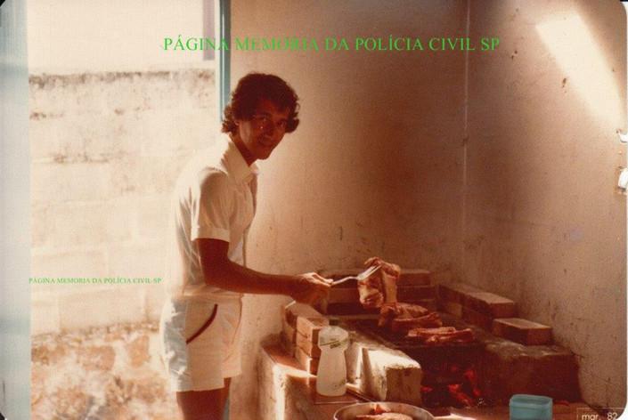 """Investigador de Polícia Luis Carlos dos Santos """"China"""", fritando os peixes de uma pescaria marítima que participou com outros investigadores da Delegacia de Roubos, na década de 70."""