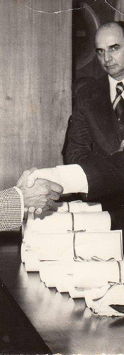 Investigador de Polícia Oscar Matsuo, recebendo premiação de trabalho realizado nas mãos do Reporter Policial Brasinha, na década de 70.
