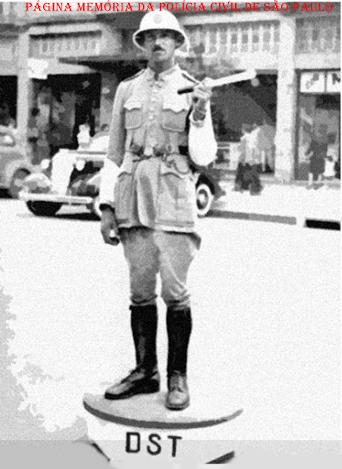 Estagiário da extinta Guarda Civil da Polícia do Estado de São Paulo, trabalhando no DST- Diretoria do Serviço de Trânsito (atual DETRAN), na década de 40.