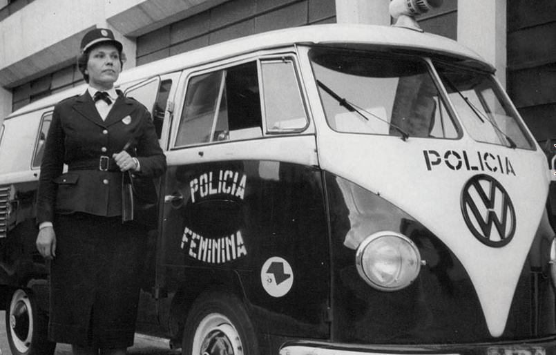 Viatura Kombi da Polícia Feminina da São Paulo, a qual, antes da fusão da Guarda Civil com a Força Pública em 1969, era também uma polícia civil deste Estado.