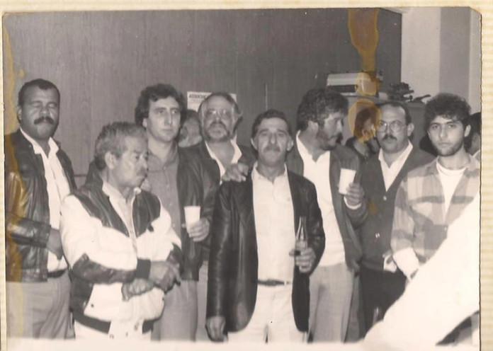 """Delegacia de Crimes Contra a Fé Pública- DIG- DEIC, em meados dos anos 80. (Rua Brigadeiro Tobias, 527- 8º Andar). À partir da esquerda, Investigador Walter Correia """"Tigrão"""", o grande Camarguinho, Investigadores Paulo R Queiroz Motta (atual Delegado no DEINTER6), Carlos Rizzi, Lazinho, Valin, Cipriano e Nelson de Queiroz Motta (Atual Delegado na Seccional de Guarulhos)."""