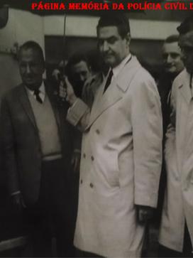 """Década de 60 na Empresa de Transportes de Valores Brincks. À esquerda o saudoso Delegado Paulo Pestana, atrás o Capitão Joel Miranda, que integrou o Primeiro Grupo de Caça da FAB operando na Itália. Na sua 31ª. missão (04/02/1945) foi abatido pela artilharia antí aérea alemã. Saltou de paraquedas sobre a região dominada pelo inimigo, quebrando seu braço esquerdo. Conseguiu evadir-se auxiliado pelos """"partigiani"""" (civis combatendo a ditadura facista). Retornou ao Brasil e desligou-se da FAB em 1947. Voou na aviação comercial (Transcontinental e Vasp) , quando foi convidado pelo Sr. Torres para acompanha-lo na implantação da Brinks no Brasil. (Extraído do livro Brincks, gentilmente cedido pelo Agente Brincks Antonio Carlos Passador)."""