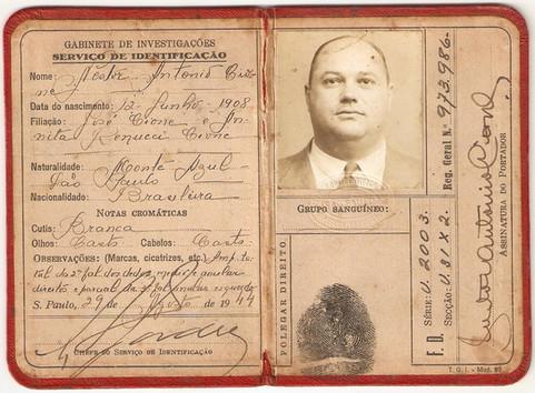Gabinete de Investigações - Serviço de Identificação. Carteira emitida em 29 de agosto de 1.944 (enviado pela neta do portado, Investigadora de Polícia de Itú, Tânia Cione).