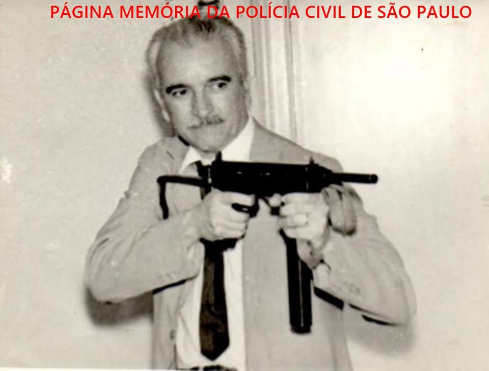 """Dependências da DISCCPAT do DI- Departamento de Investigações """"Kilo"""", em meados da década de 60. O Chefe dos Investigador Synesio Chavasco Filho fazendo pose armado com uma metralhadora de marca INA, calibre 45.. Acervo de Nico Chavasco."""