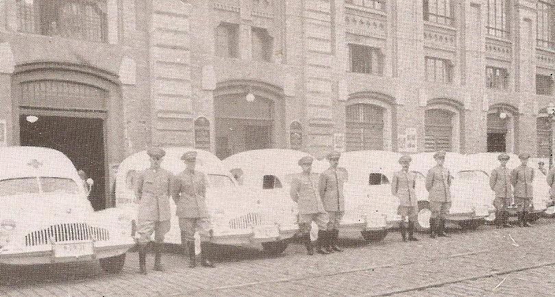 Ambulâncias da Assistência Policial, na década de 40. Naqueles dias, o Delegado de Serviço no Plantão da Polícia Central tinha tanto poder que, da assistência (que ficava ao lado do plantão, no pátio do colégio), ele despachava, inclusive, ambulâncias p/ os misteres policiais.