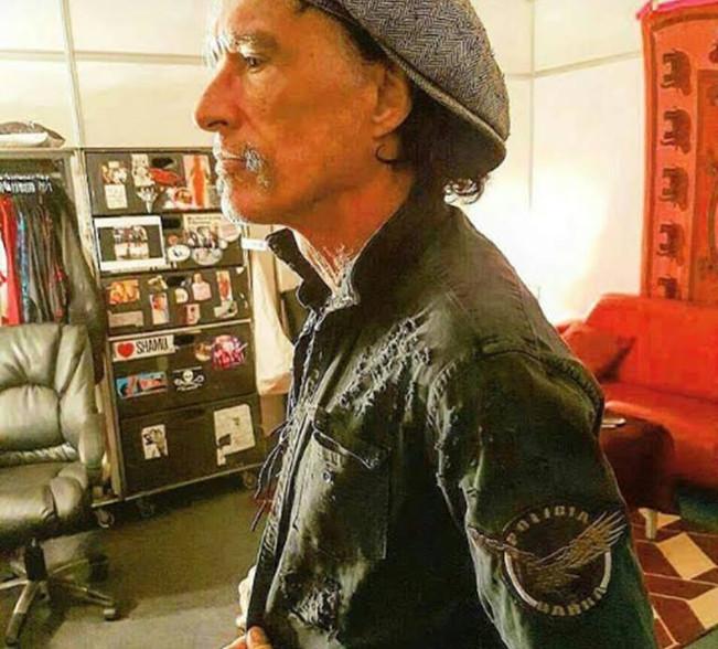 Joe Perry, o guitarrista do famoso conjunto Aerosmith, trajando uma jaqueta com o símbolo do GARRA de São Bernardo do Campo para homenagear os policiais que fizeram sua escolta.