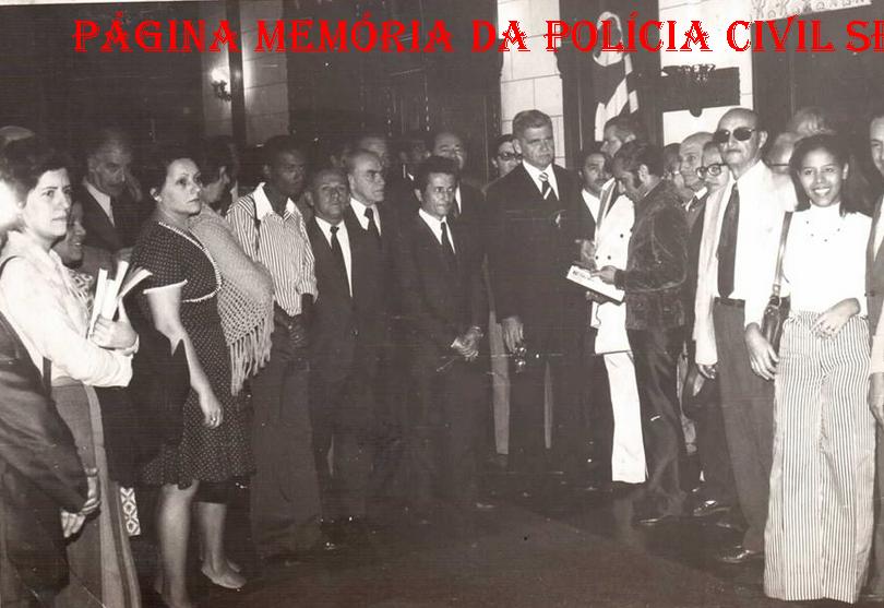 Grupo de Pesquisadores Dactiloscópicos, com o Secretário de Segurança Pública, Erasmo Dias, em 1973. Entre os presentes, o Professor Coordenador do Curso CPC e Desembargador, Antônio Carlos Marcato, na época Pesquisador Dactiloscópico, em exercício no IIRGD.