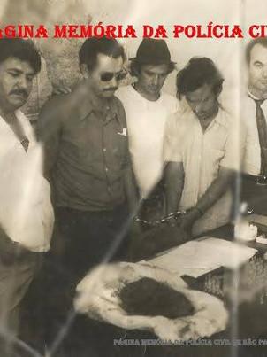 """Setor de Entorpecente, o famoso """"Esquadrão da Fumaça"""" da Delegacia Seccional de Campinas, durante a prisão de dois traficantes paraguaios no Município de Piracicaba, em 1972. Investigador Waldir; preso 1; Investigador Antônio Lázaro Constâncio """"Lazinho""""; preso 2; Delegado Oleno Martins e Escrivão Abud."""