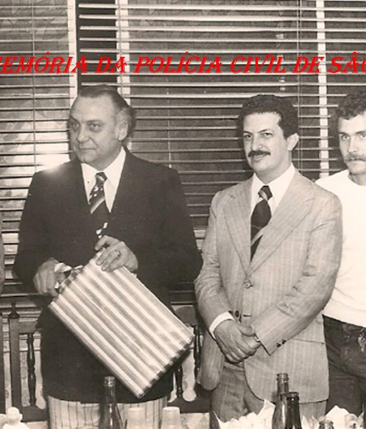 """Dependências da Diretoria do DEIC, em 1.977, na época, Delegado Geral de Polícia Tácito Pinheiro Machado """"in memorian"""", Diretor do DEIC Sérgio Fernandes Paranhos Fleury """"in memorian"""", Diretor do DOPS Romeu Tuma """"in memorian""""; Paulo Sérgio O. Fleury e Investigadora Elisabete Sato (Atual Delegada Diretora do DHPP)."""
